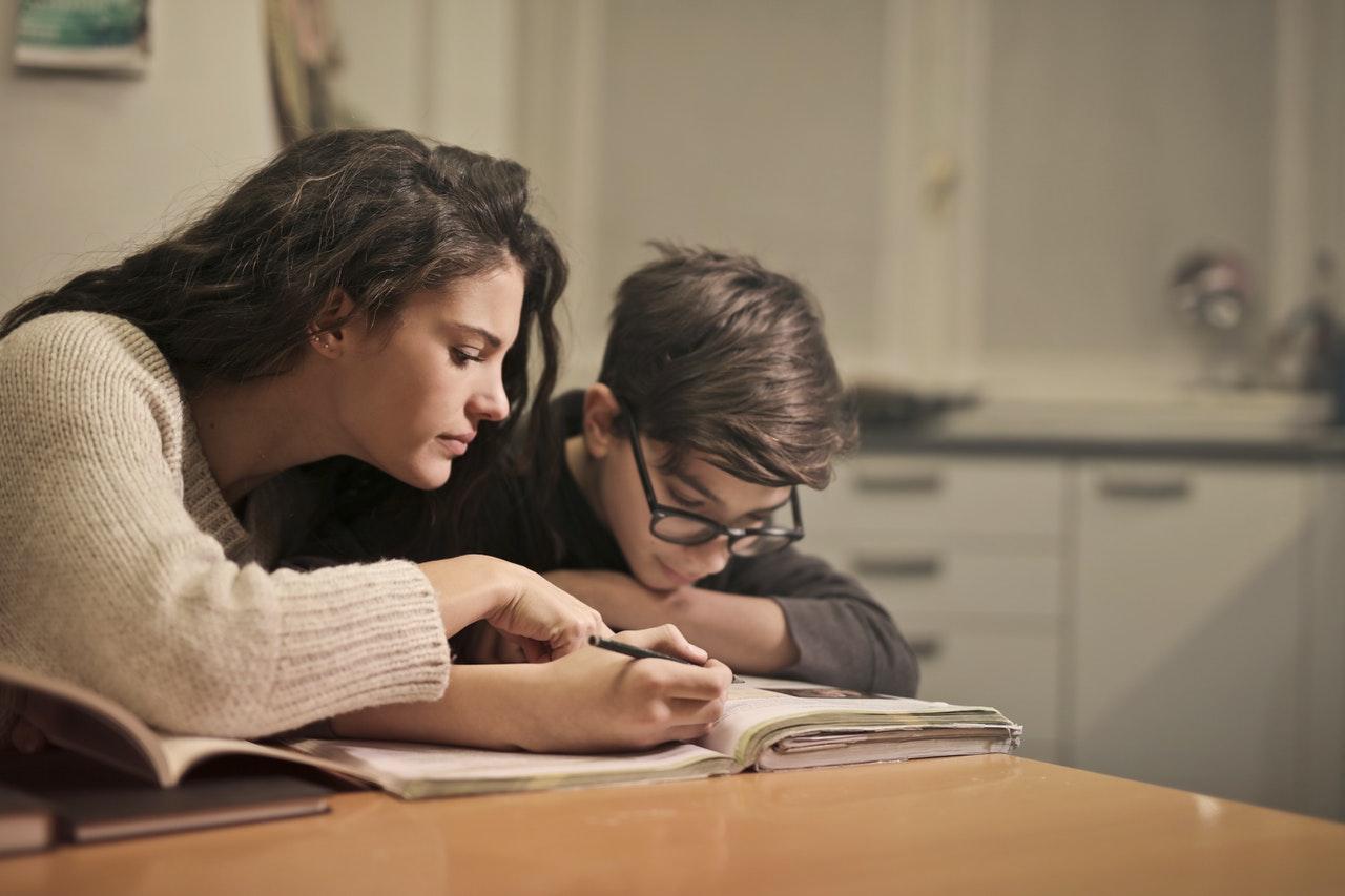 mamá estudiando con su hijo